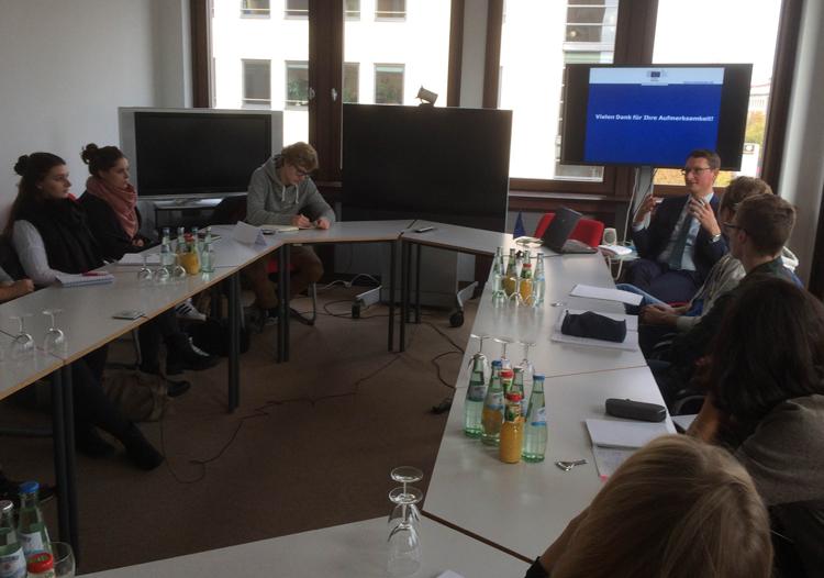 Reinhard Hönighaus, Sprecher der EU-Vertretung in Berlin, mit HMKW-Studierenden