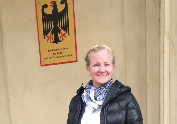 Prof. Dr. Martha Sarah Hosell vor dem Justizministerium in Berlin
