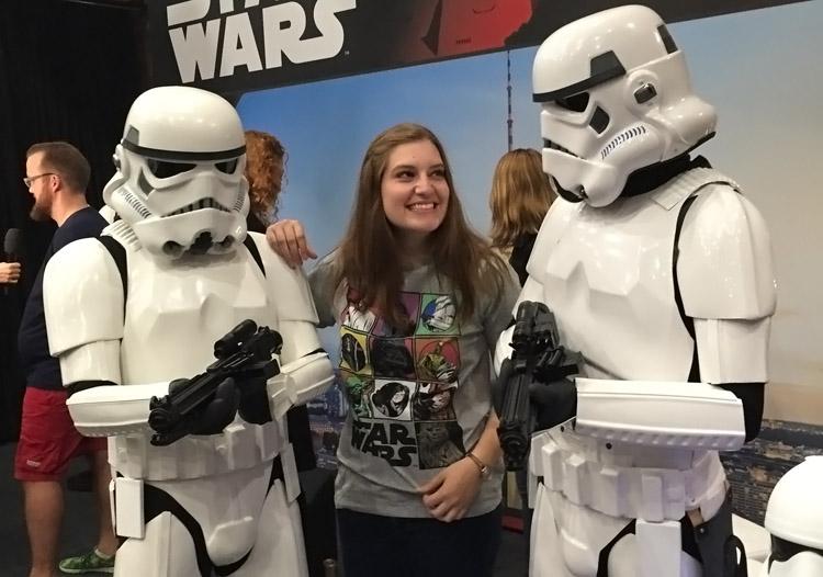 """Während des Praktikums bei angesagten Film-Events dabei: Eva Freudenmann mit """"Stormtroopers"""" aus """"Star Wars""""."""