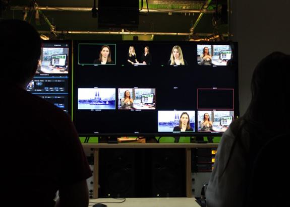 Entstehung der Sendung: Blick aus dem Regieraum auf das Fernsehstudio