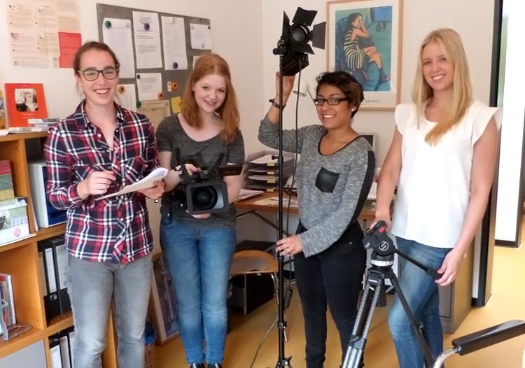 Die vier HMKW-Studentinnen beim Videodreh für pro familia.