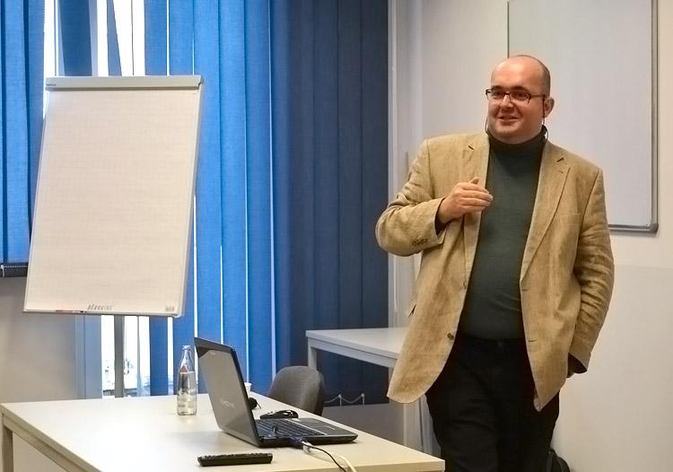 Prof. Dr. Marc Lucas lehrt im Fachbereich Psychologie der HMKW Köln.