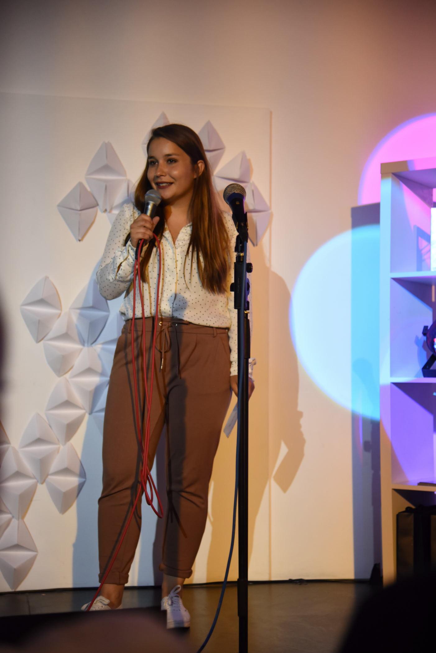 MEM-Studierende Polina Bragina moderierte den Slam - markige Sprüche inklusive.