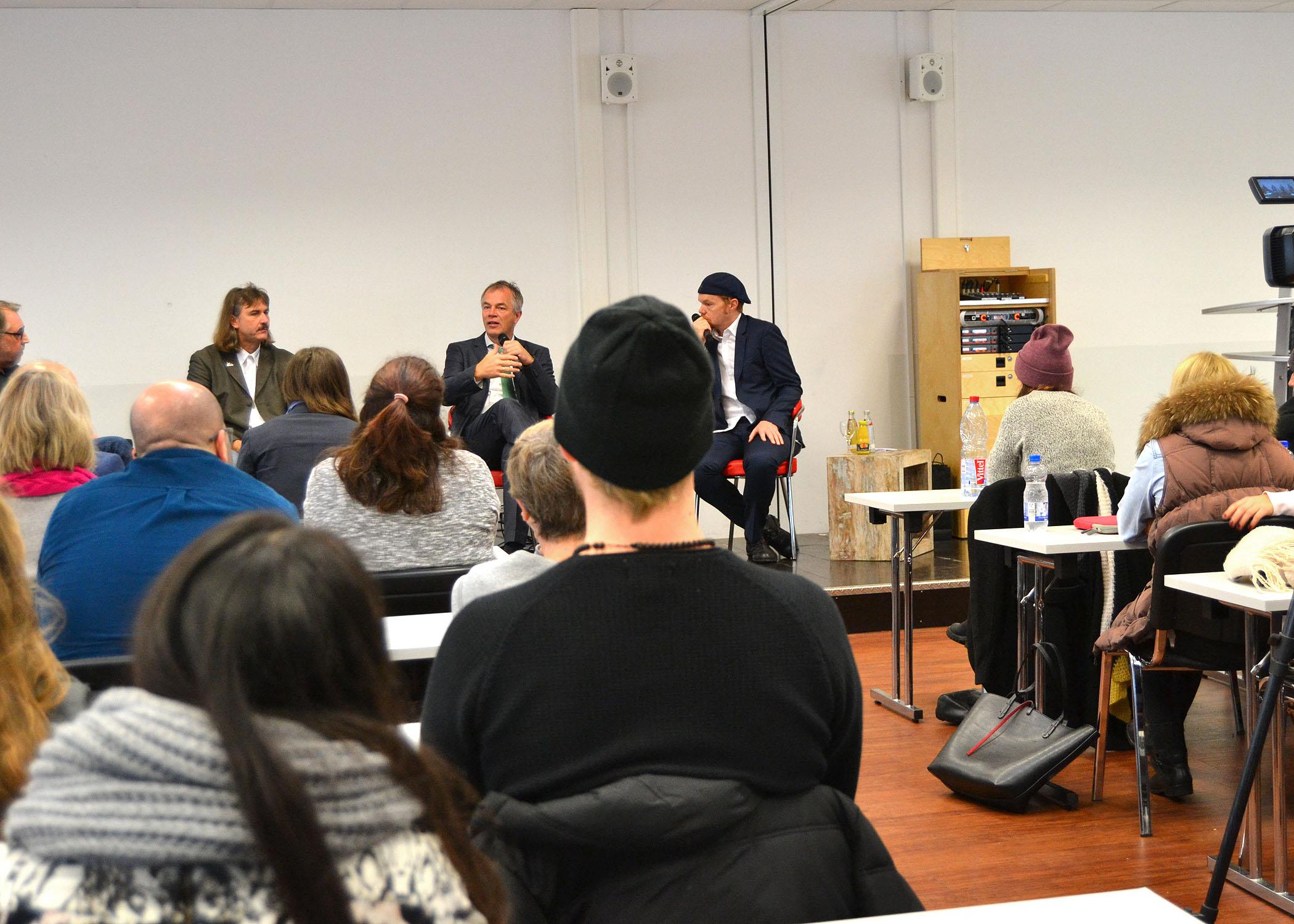 Studierende des B.A. Journalismus und Unternehmenskommunikation erfuhren so Manches über die Verknüpfung von Umweltpolitik, -organisationen und -journalismus.
