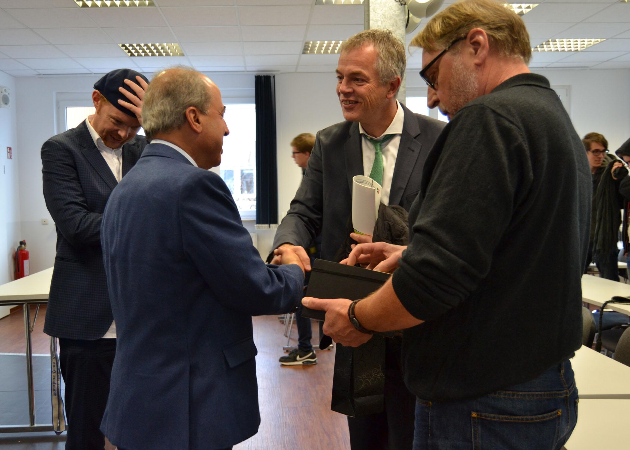 Der Geschäftsführer der HMKW-Trägergesellschaft, Ameir Jillab, bedankt sich bei NRW-Umweltminister Johannes Remmel.