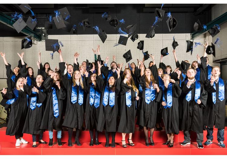 Gruppenfoto der jüngsten Berliner HMKW-Absolventinnen und -Absolventen.