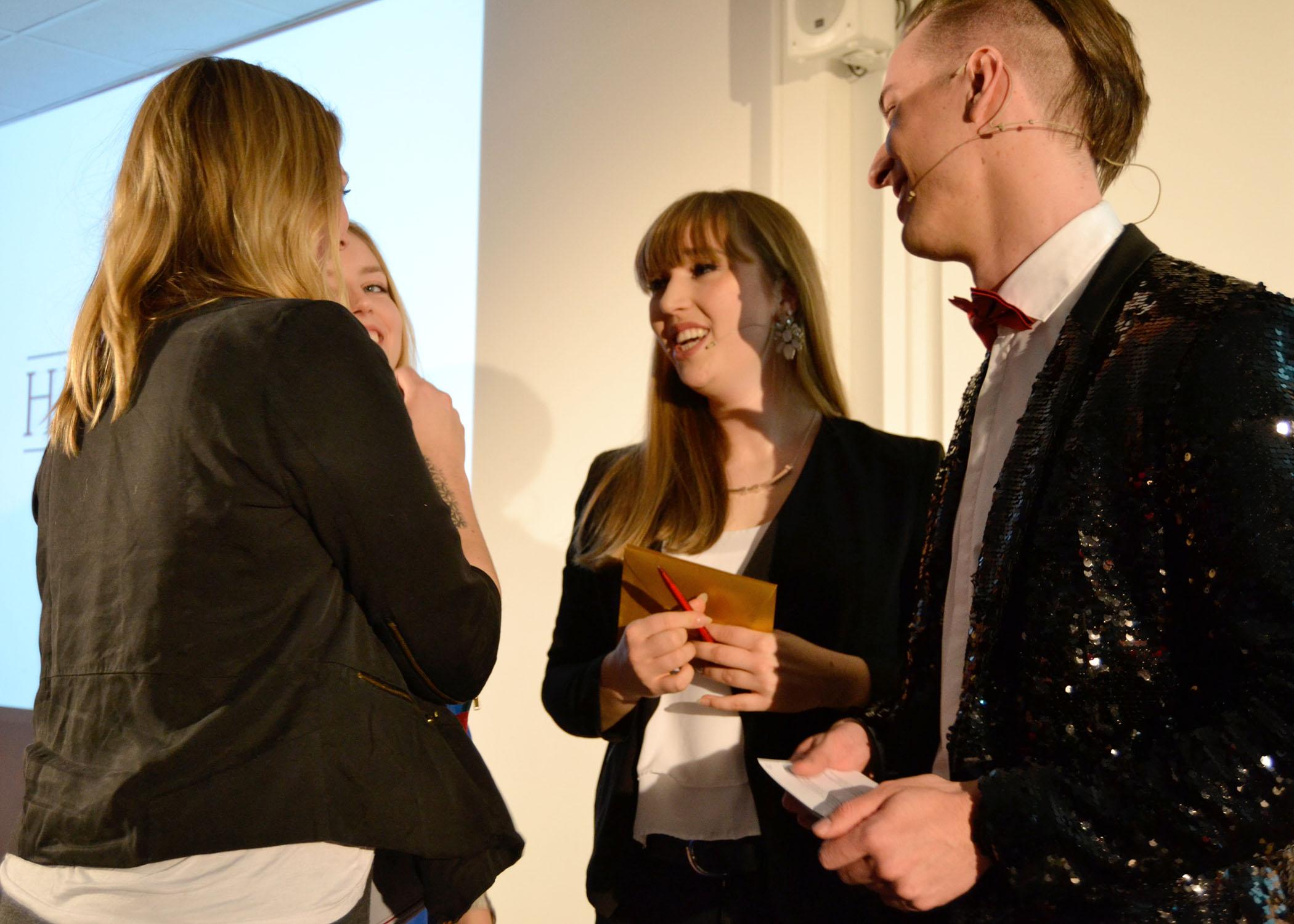 Moderatorin Mirka Brunk und Moderator Julian Alexander Wagner ließen im Gespräch mit den Preisträger/innen die Gala noch einmal Revue passieren.