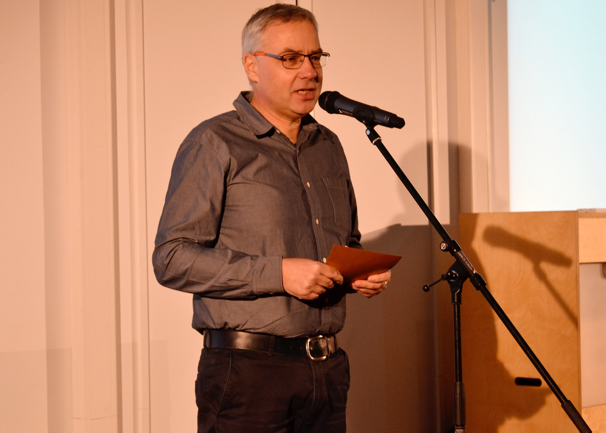 Studienberater Stefan Ostler war der erste der dreiköpfigen Jury, der einen der HMKWARDs überreichte.