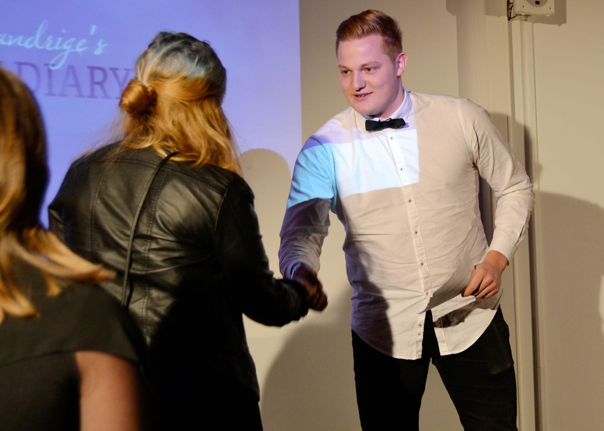...bis sie für das Entgegennehmen des HMKWARDs von HMKW-Student und Jury-Mitglied Bennet Maraun auf die Bühne gebeten wurden.