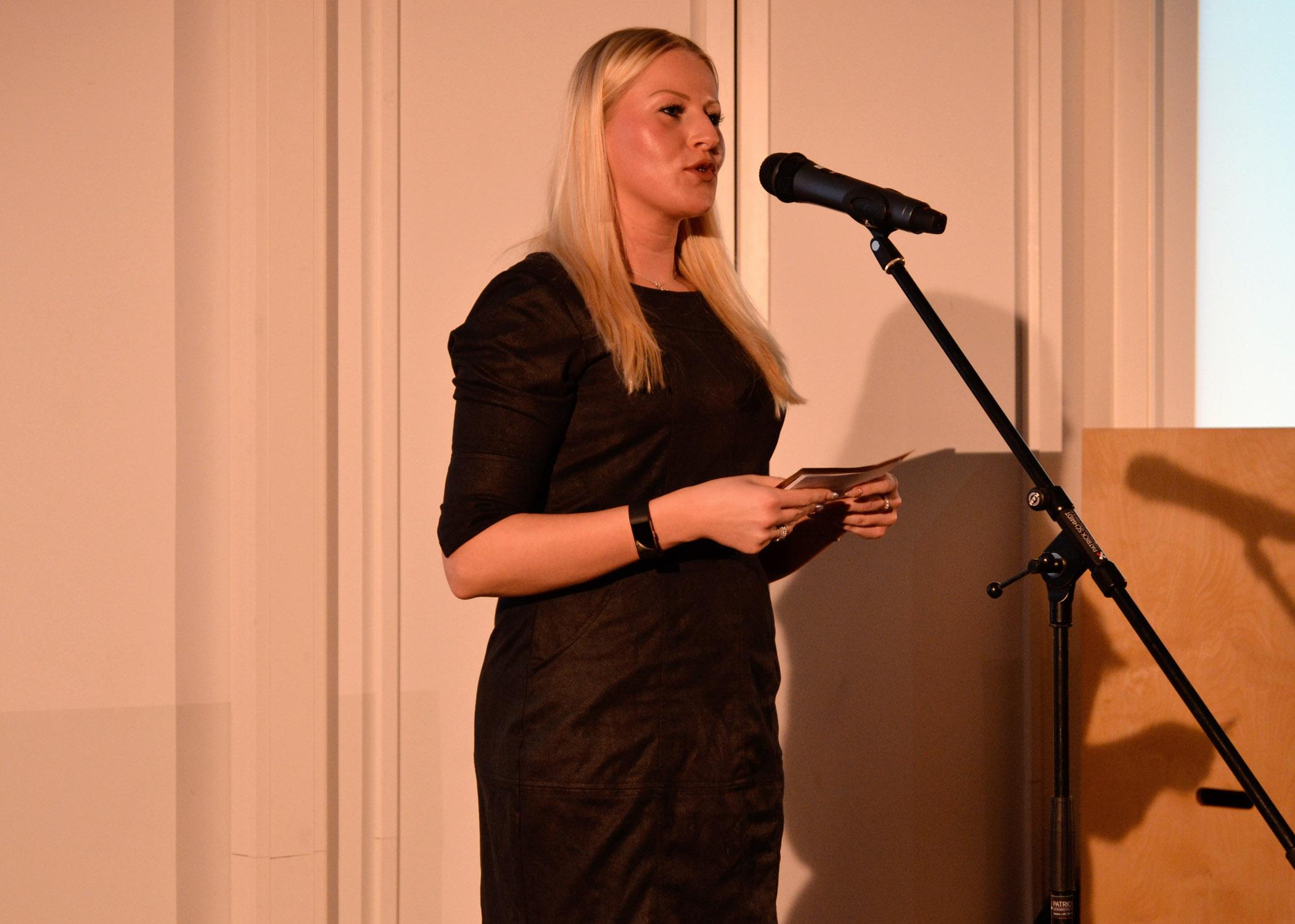 """Die dritte Jurorin Nicole Hesse, Mitarbeiterin an der HMKW, überreichte den HMKWARD in der Kategorie """"Eventkonzept""""."""
