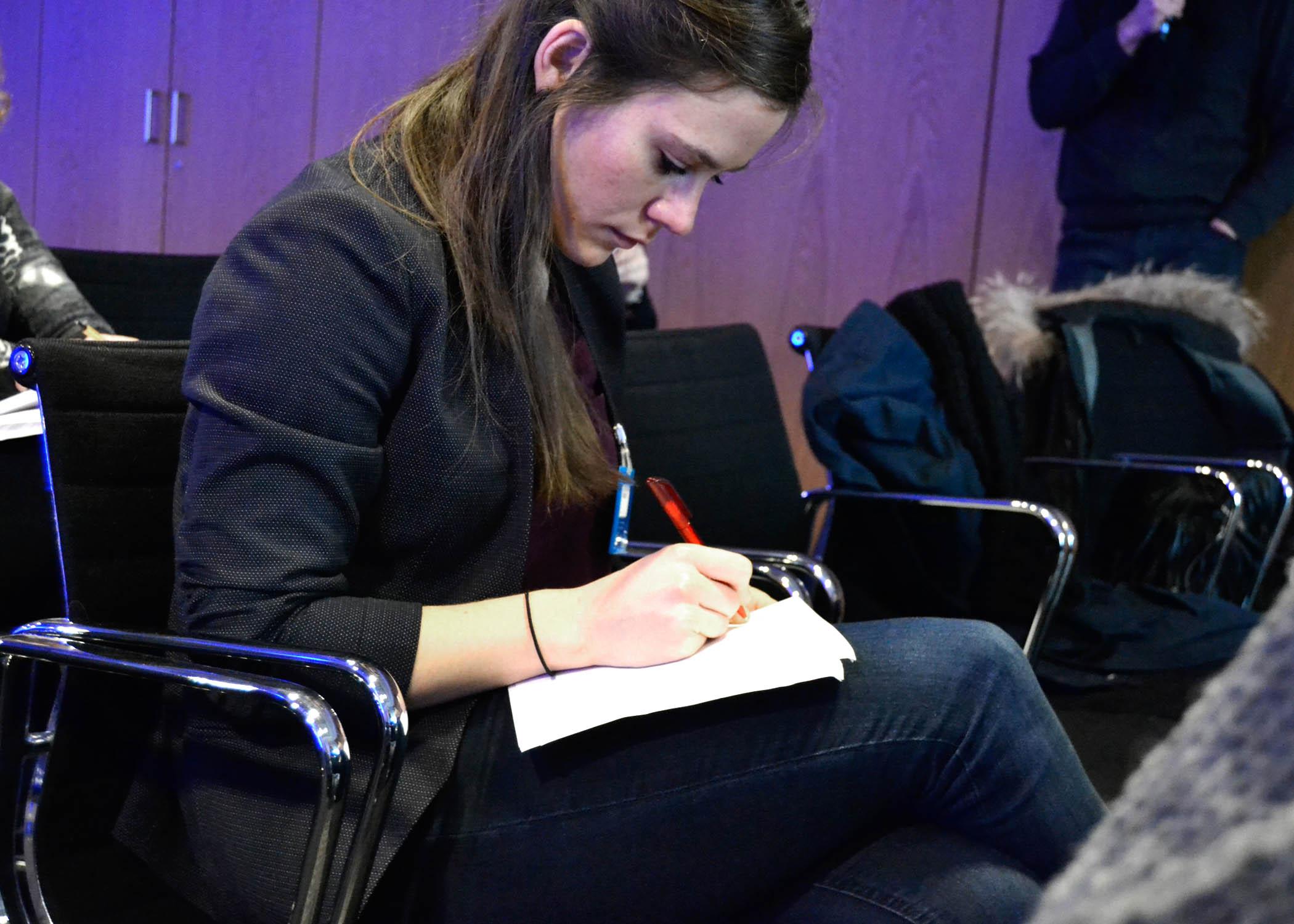 Im Publikum mit dabei: die Wissenschaftliche Mitarbeiterin des Fachbereichs Journalismus und Kommunikation der HMKW Köln, Johanna Wergen.