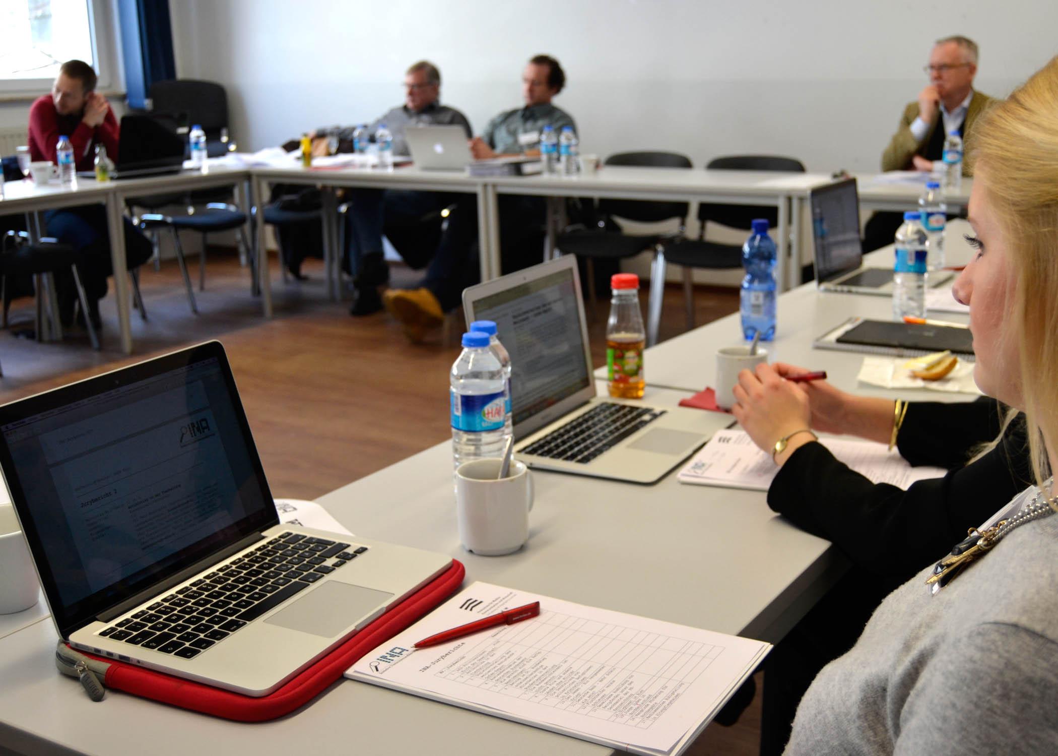 Am 02.02.2017 versammelte sich die Jury der Initiative Nachrichtenaufklärung, kurz INA, an der HMKW Köln.