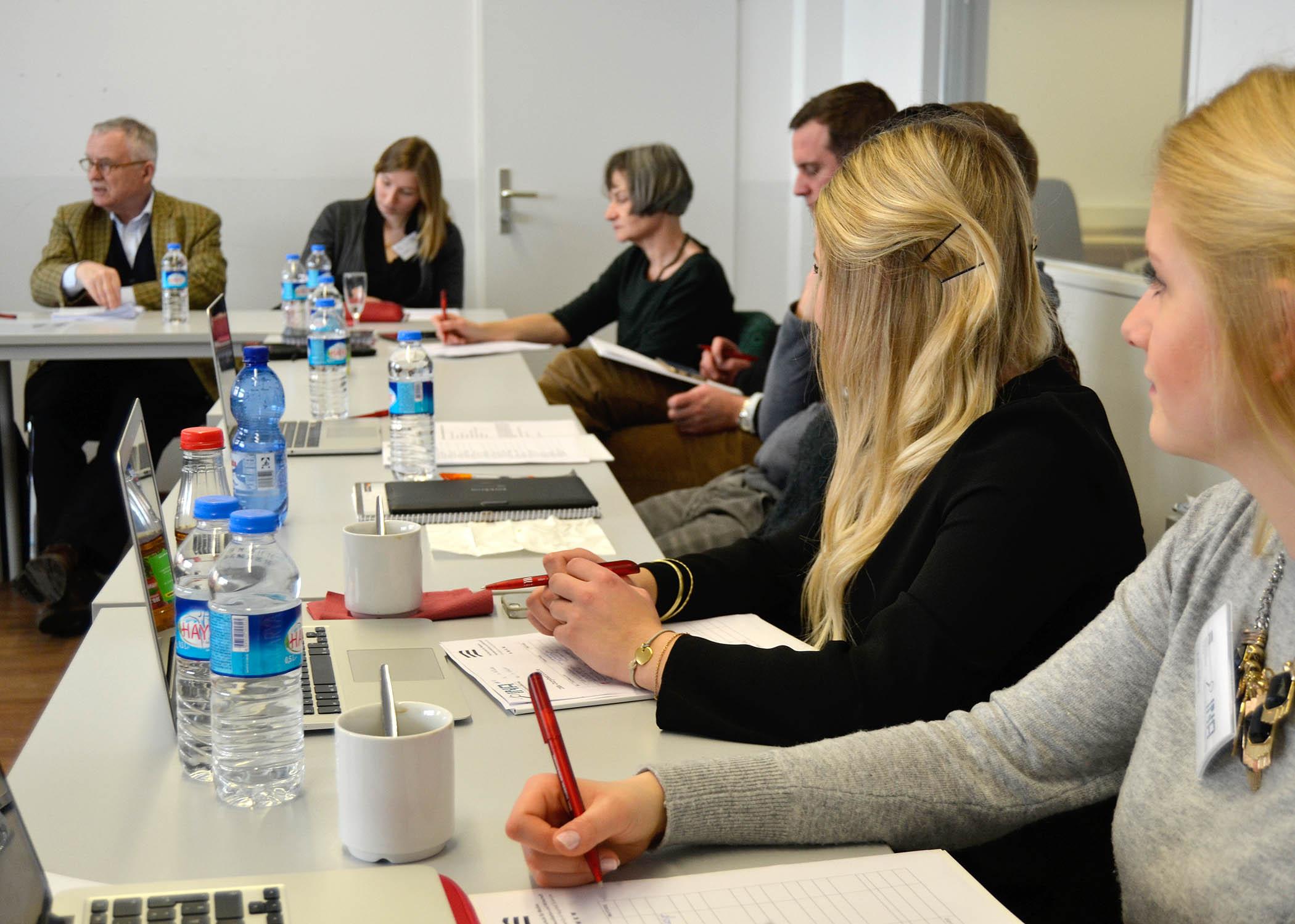 In der Runde wurden vierzig Themen diskutiert, über die durch studentische Rechercheteams Informationen zusammengetragen worden waren.