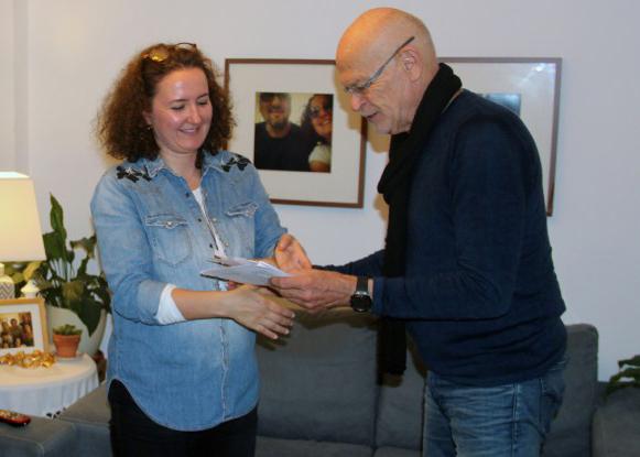 Yonca Verdioglu-Şik nimmt stellvertretend für ihren inhaftierten Ehemann Ahmet Şık das Preisgeld von Günter Wallraff entgegen. Foto: privat