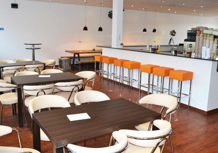Sitzgelegenheiten und Theke in der neuen Mensa der HMKW Köln