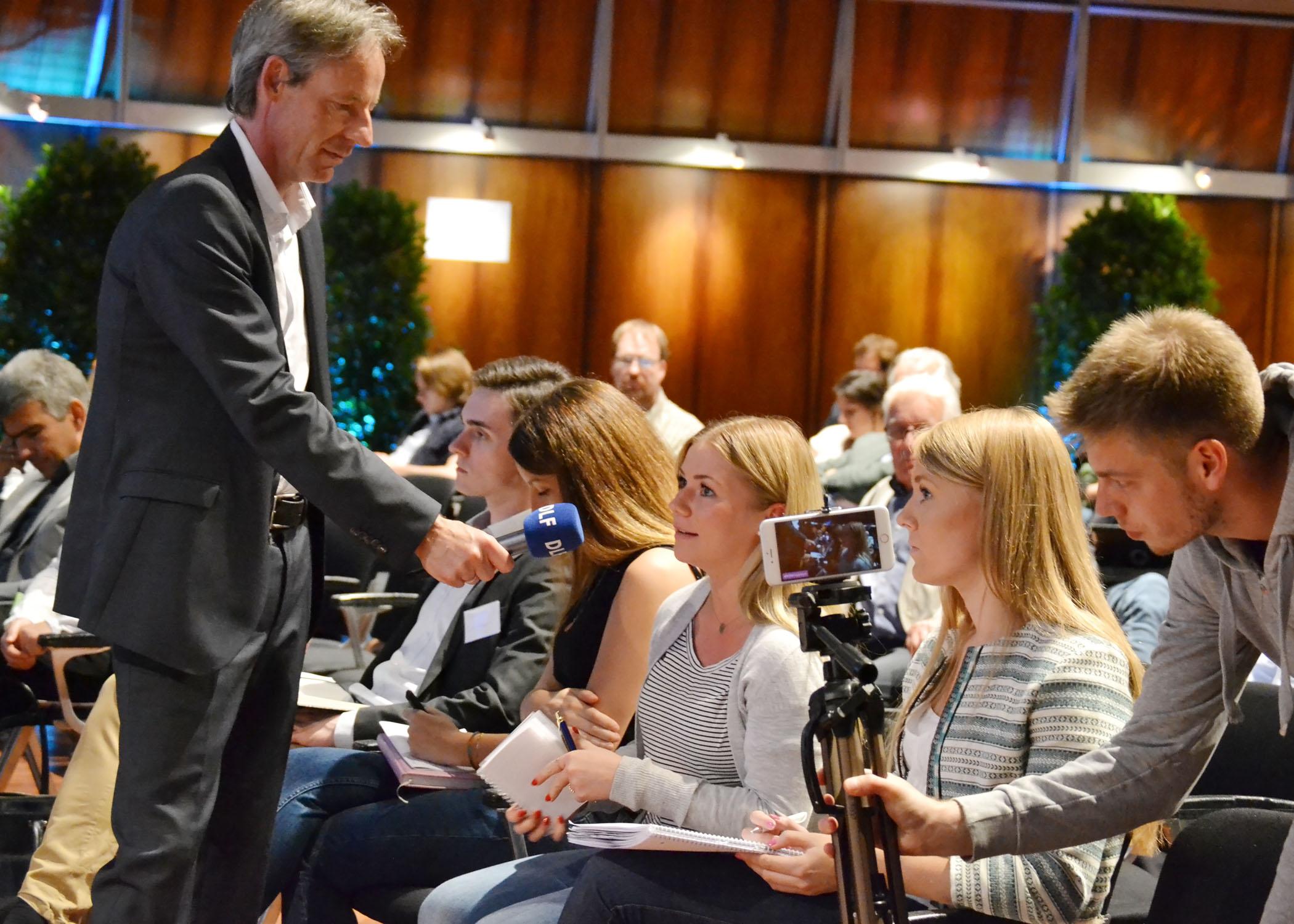 Studierende im Publikum nutzten die Gelegenheit, die Gesprächsrundenteilnehmer/innen zu befragen.