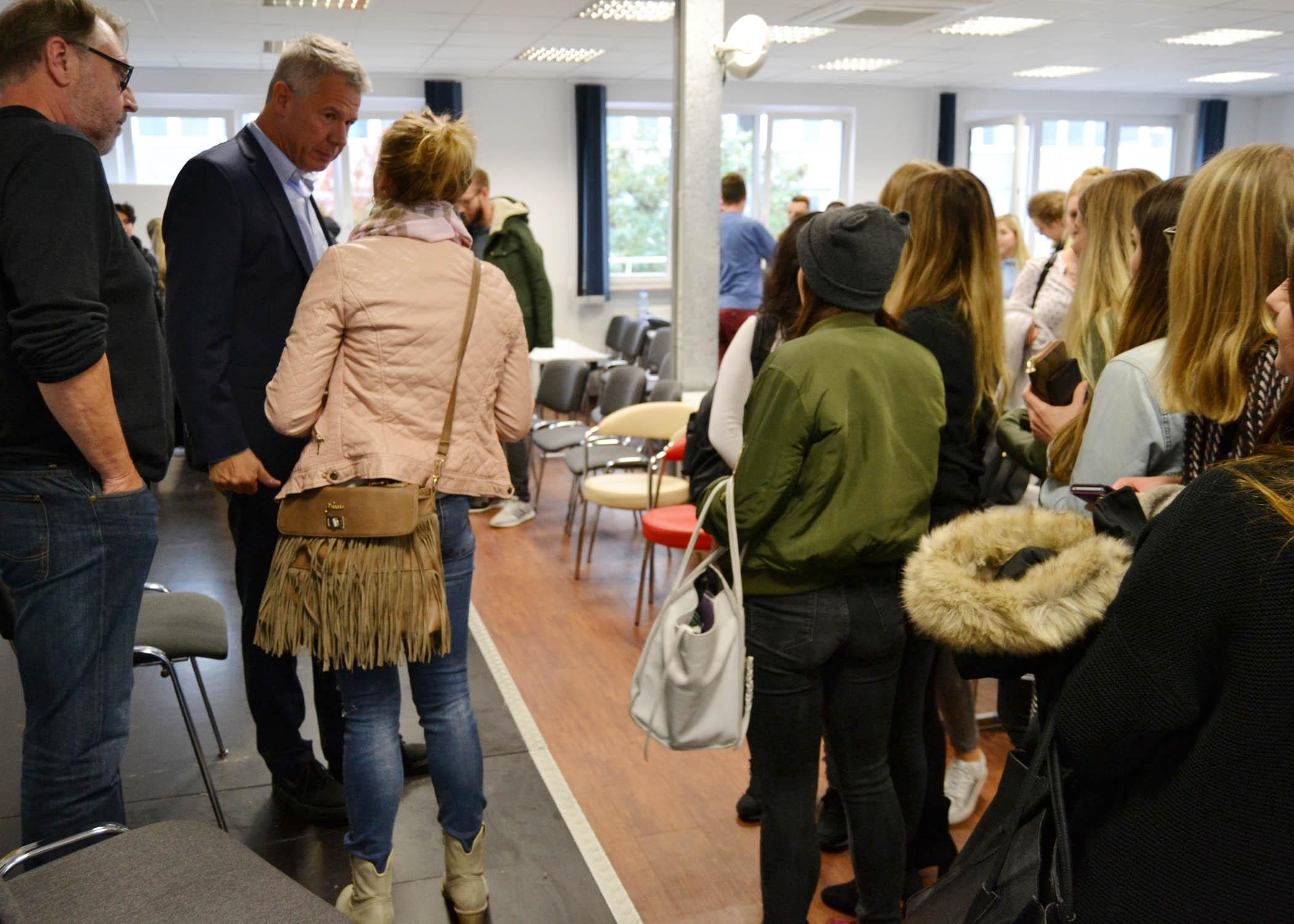 Der langjährige RTL Aktuell Anchorman nahm sich trotz straffer Agenda nach dem Gespräch noch Zeit für weitere Fragen der Studierenden...