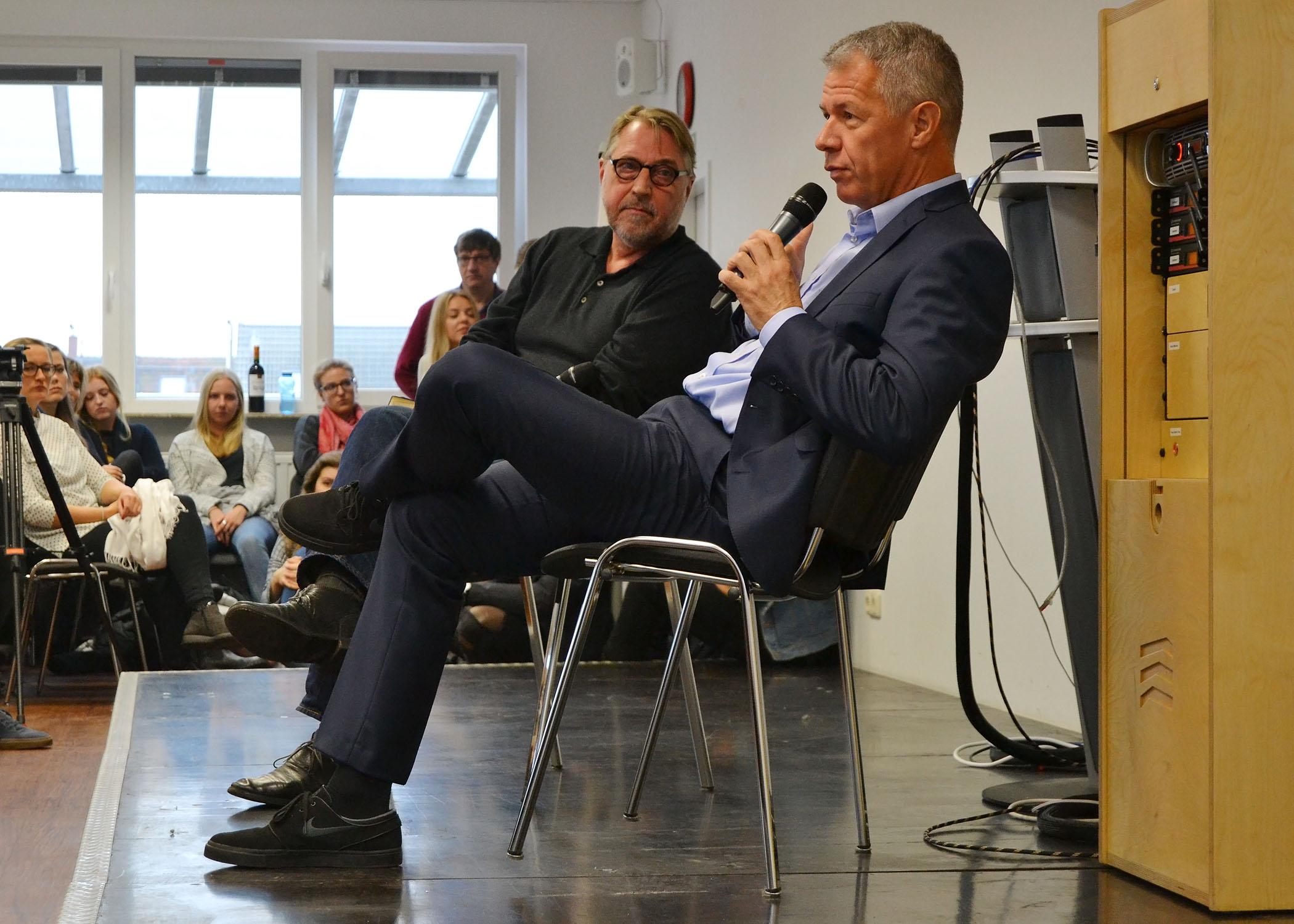 Mit HMKW-Kameradozent und Filmemacher Hans Hausmann sprach Kloeppel über (moderne) Newsformate und den Nachrichtenredaktionsalltag.