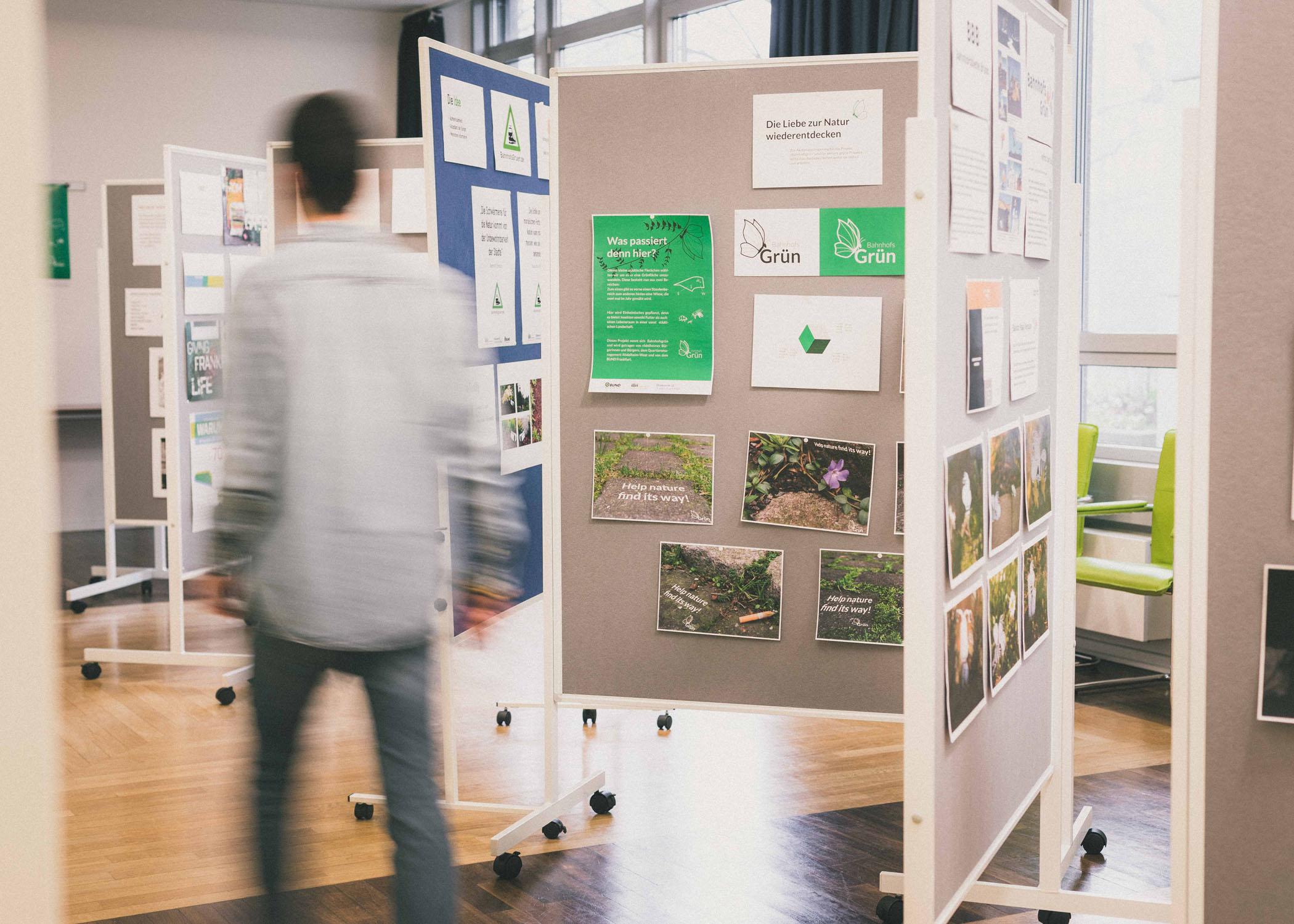Kurz vor Beginn der Vernissage: Die Präsentation des Bahnhofsgrün-Gestaltungsprojekt ist fertig.