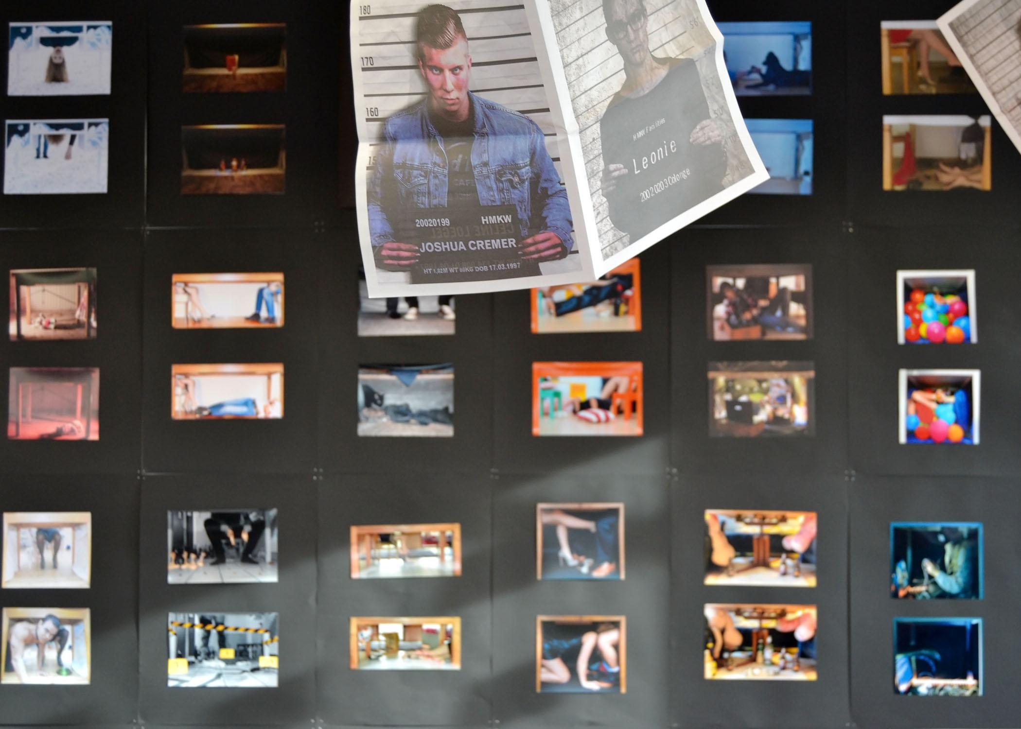"""Für das Projekt """"Inszenierte Fotografie"""" fotografieren die Studierenden je eine Vorher-Nachher-Szene, die sich unter einem Tisch abspielt."""