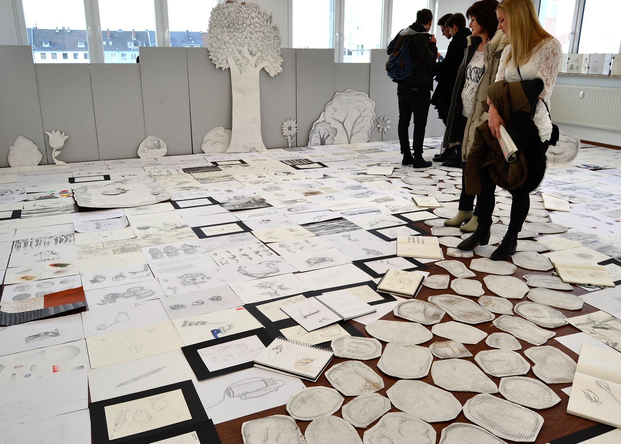 """Der Raum mit Zeichnungen war nur über einen extra ausgelegten """"Kartonpfad"""" zu betreten."""