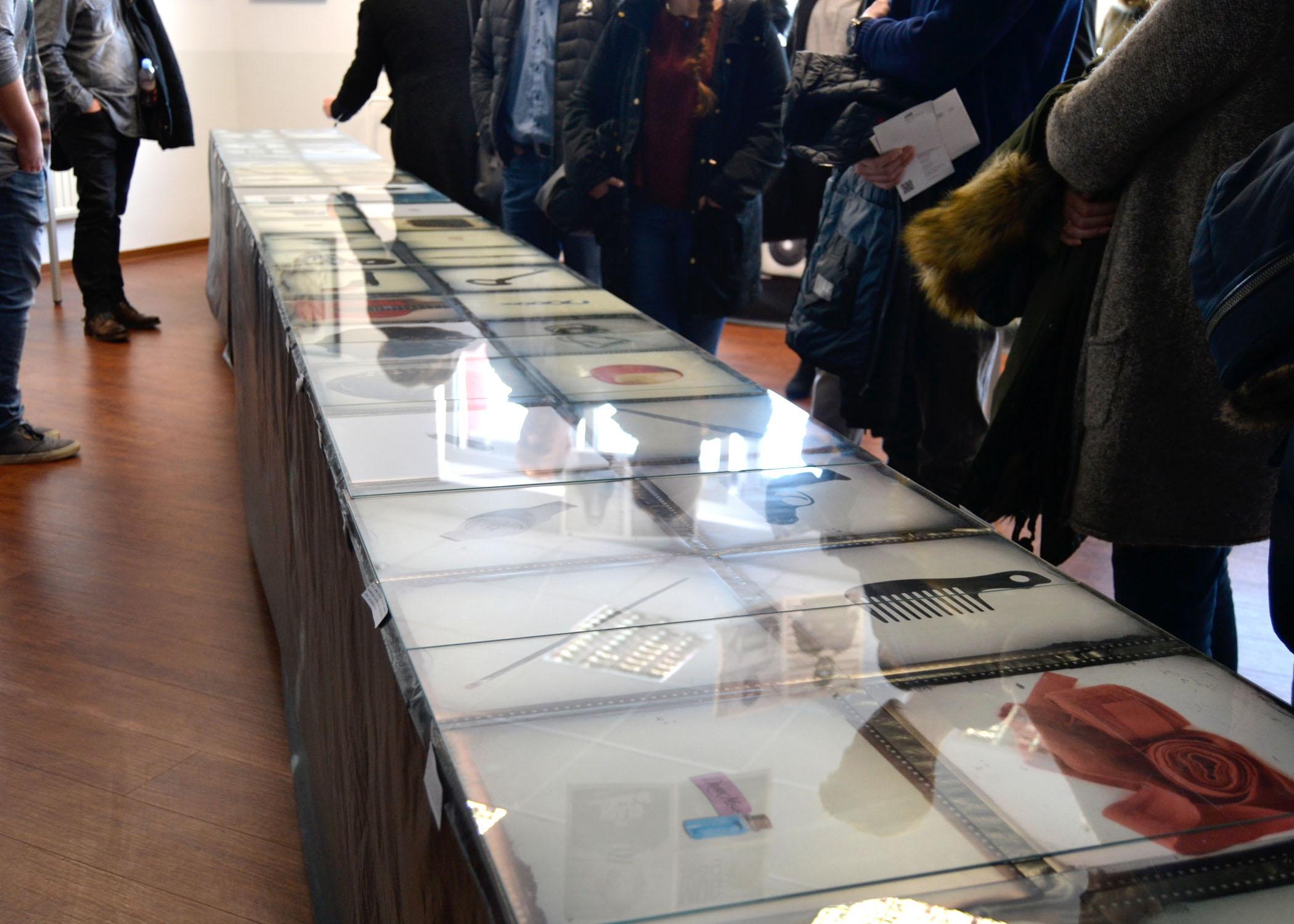 """Im Fotoprojekt """"Document"""" zeigten die Studierenden alltägliche Objekte, die sie als für ihre prominenten Besitzer/innen typische Accessoires auswiesen. Unter anderem mit dabei: der Donut von Homer Simpson oder eine der Scheren(hände) von Edward."""