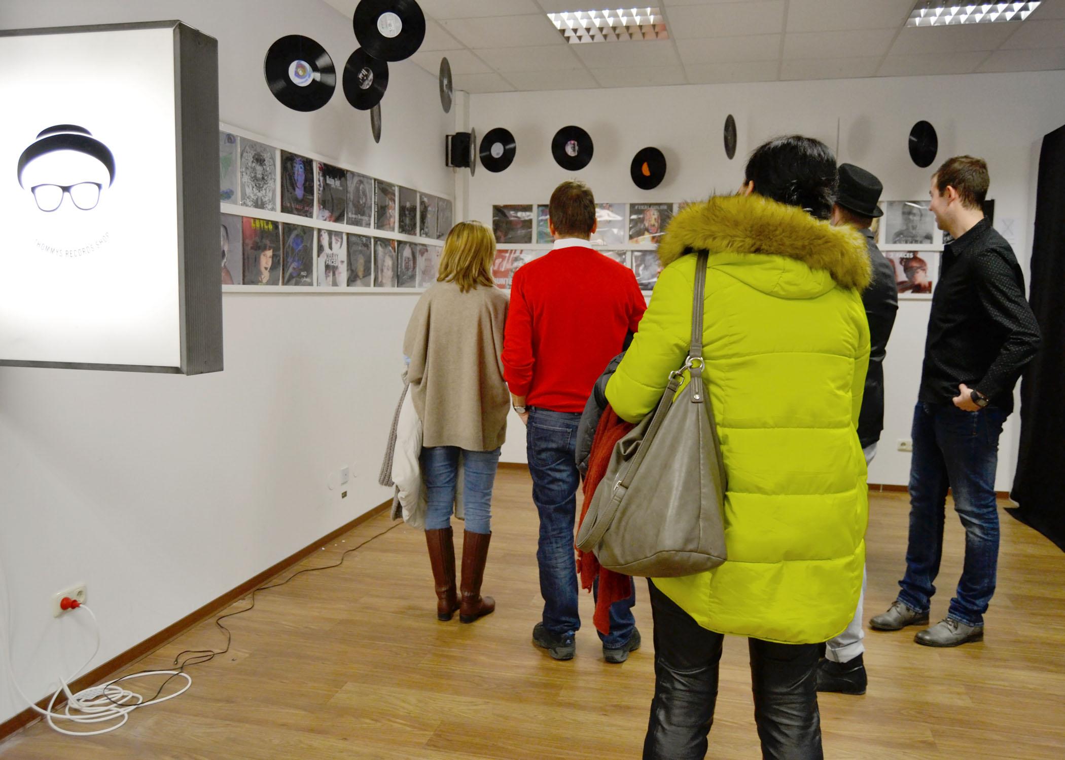 """Zumindest mit den Augen konnten die Besucher/innen in """"Thommy's Records Shop"""" das vielfältige Artwork durchstöbern."""