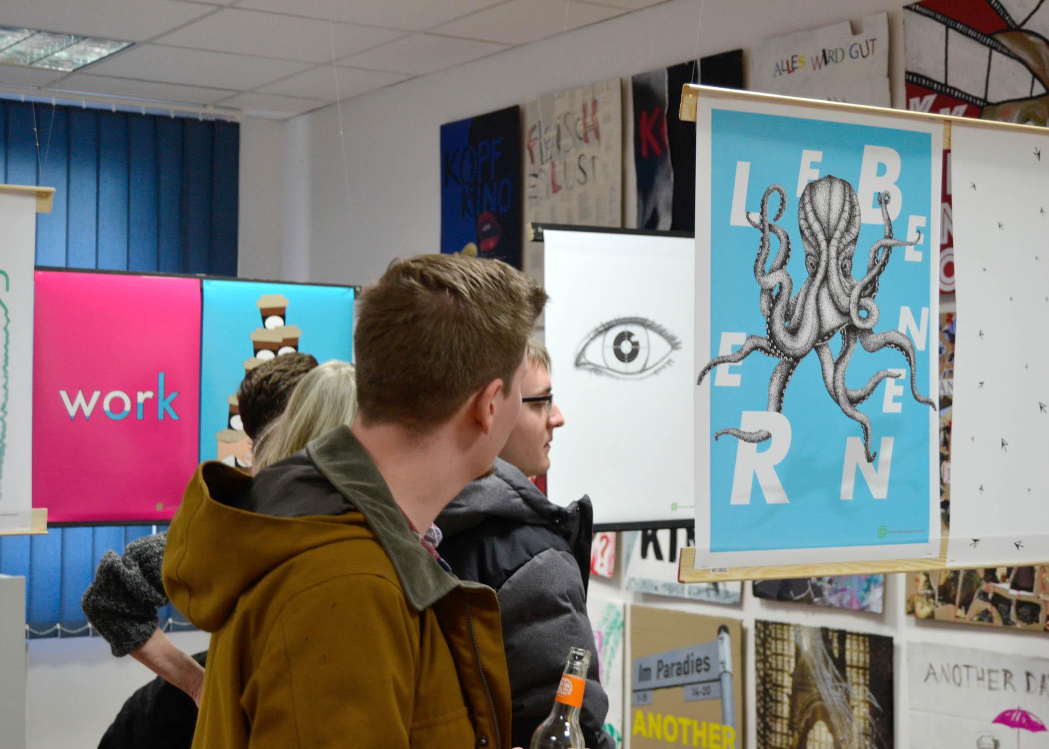 """Motto des jüngsten Plakatwettbewerbs des Studentenwerks, für den diese Plakate gestaltet wurden: """"LebensWELT Hochschule""""."""