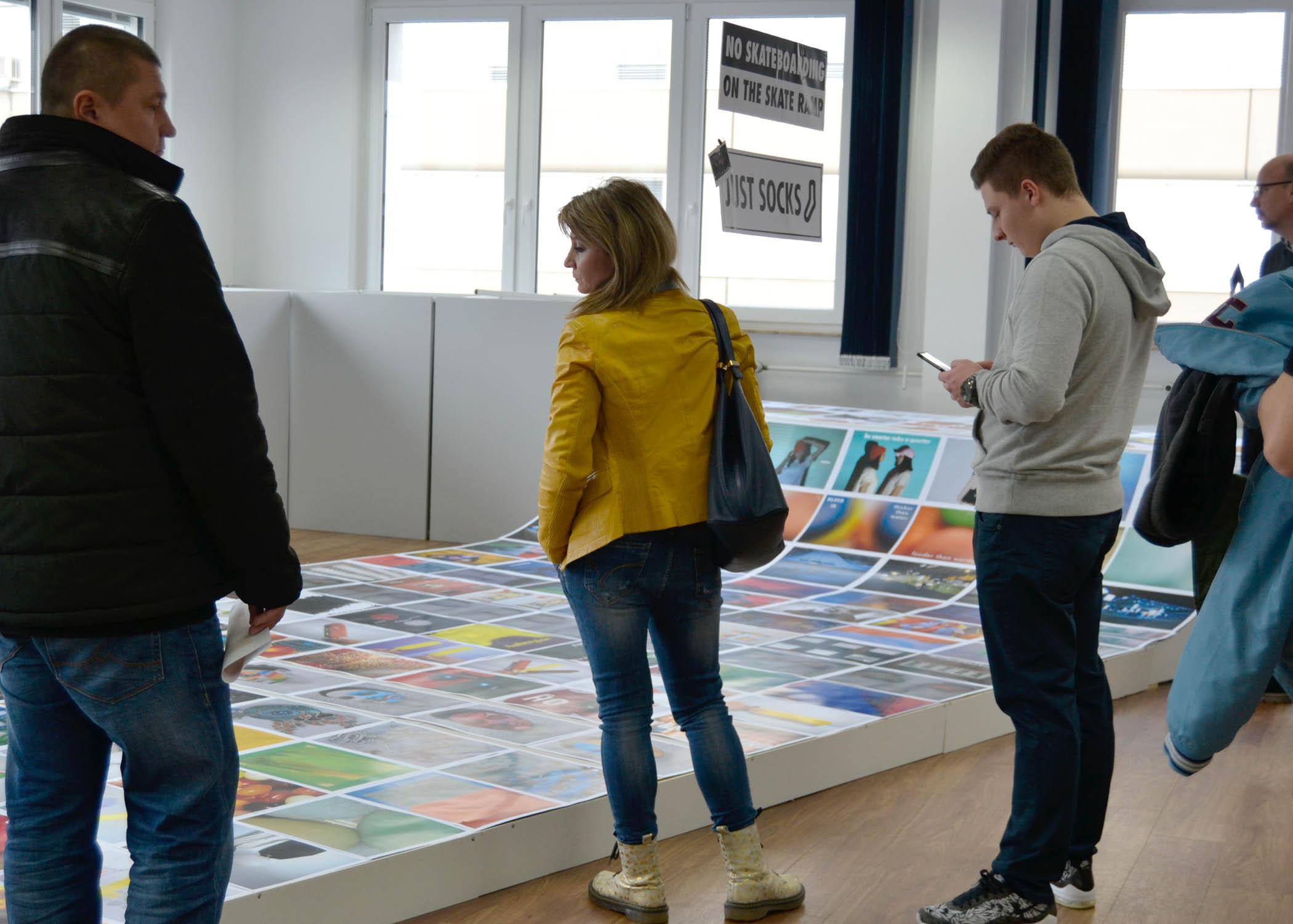 """Die Arbeiten zum Thema Farbkontraste waren auf einer selbstgebauten """"Miniramp"""" ausgestellt."""