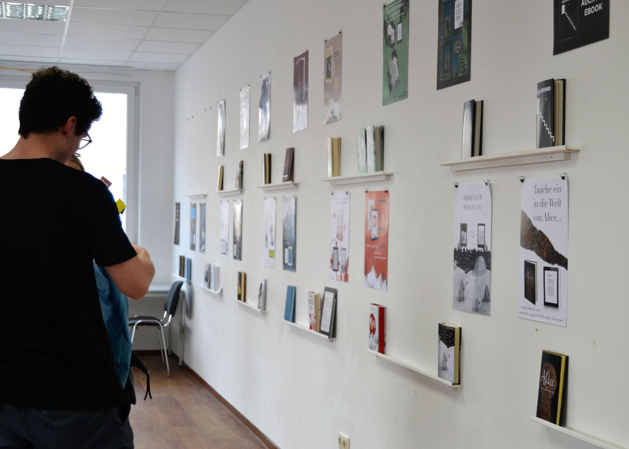 Einmal ein Buch selbst binden - das konnten die Studierenden unter Prof. Dr. Markus Schröppel und mit Unterstützung einer Kölner Buchbindemeisterin.