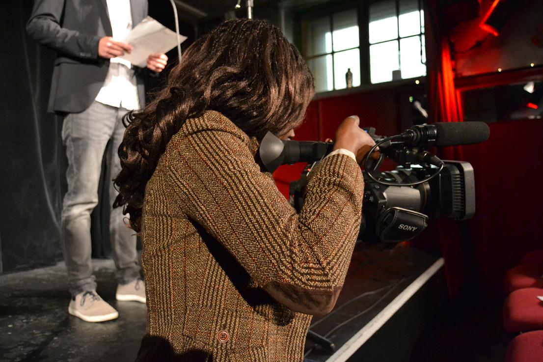 Typisch Journalismus-Fachbereich: eine Studentin hinter der Kamera.