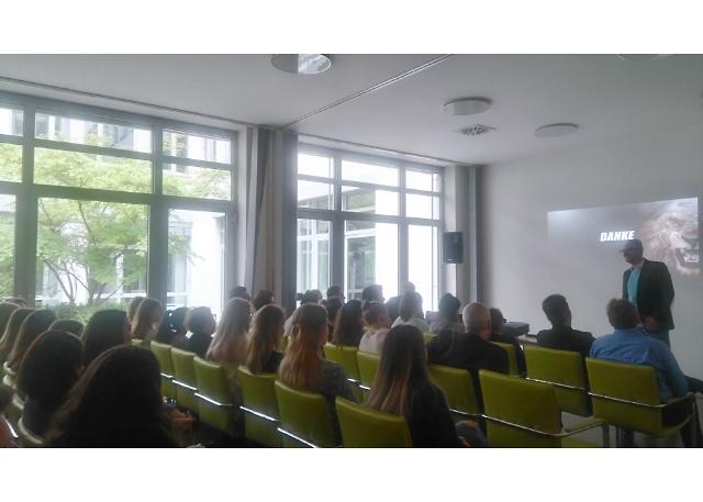 SevenOne Media-Geschäftsführer Guido Modenbach vor dem Publikum der HMKW Frankfurt