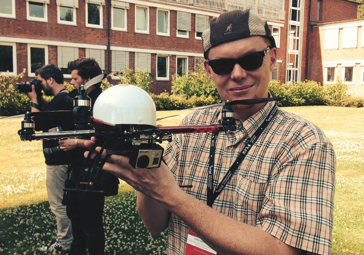 Prof. Dr. Hektor Haarkötter mit Video-Drohne bei der Netzwerk Recherche-Jahreskonferenz