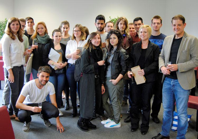 Das studentische Projektteam der HMKW Berlin mit Chefredakteur G. Looser (re.).