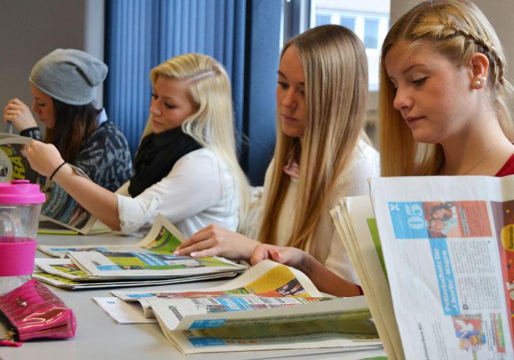 Die Studierenden analysierten die Aufmachung der Zeitung.