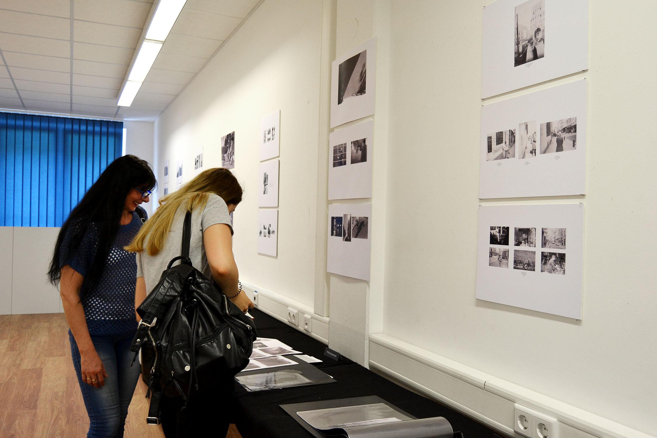 Analoge Schwarz-Weiß-Fotografie mit kontrastreichen Motiven aus der Stadt.