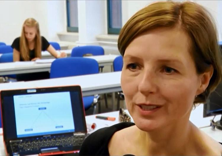 Screenshot aus dem Videobeitrag über den Gastvortrag von Petra Greif, Leiterin Unternehmenskommunikation an der Börse Berlin Petra Greif von der Börse Berlin