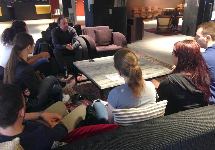 Am Rande der Media Convention trafen HMKW-Studierende den EBU-Manager Roberto Suarez Candel.EBU-Manager Roberto Suarez Candel mit HMKW-Studierenden