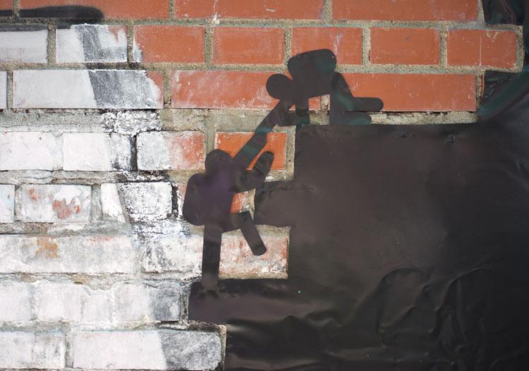 HMKW Studierende aus GDVK und JU benutzen Folien um auf Barrieren hinzuweisen