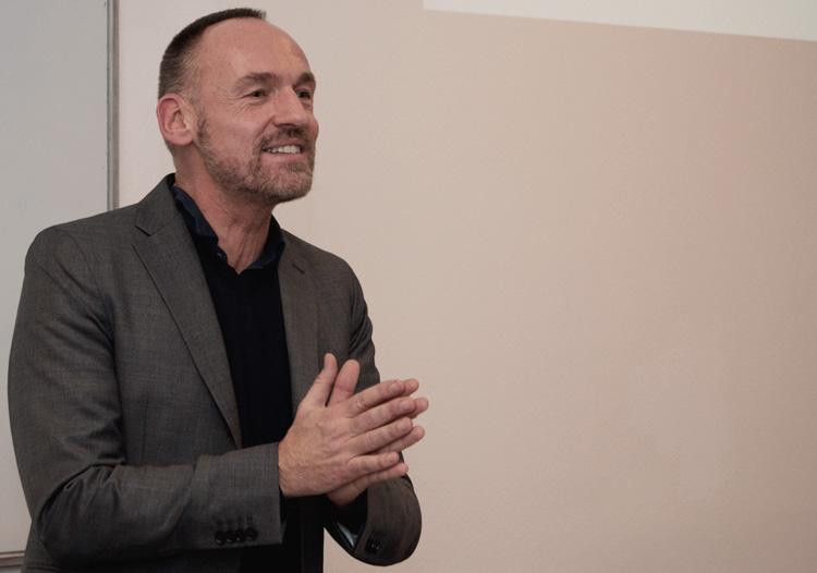 Trainer M. Riedel stellt das neue HMKW-Weiterbildungsangebot vor.
