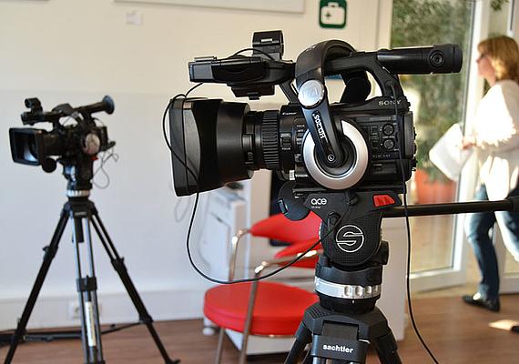 YouTube ist die populärste Videoplattform mit minütlich 300 Stunden neu hochgeladenem Videomaterial.Eigene YouTube-Beiträge können ohne viel Aufwand selbst produziert werden.