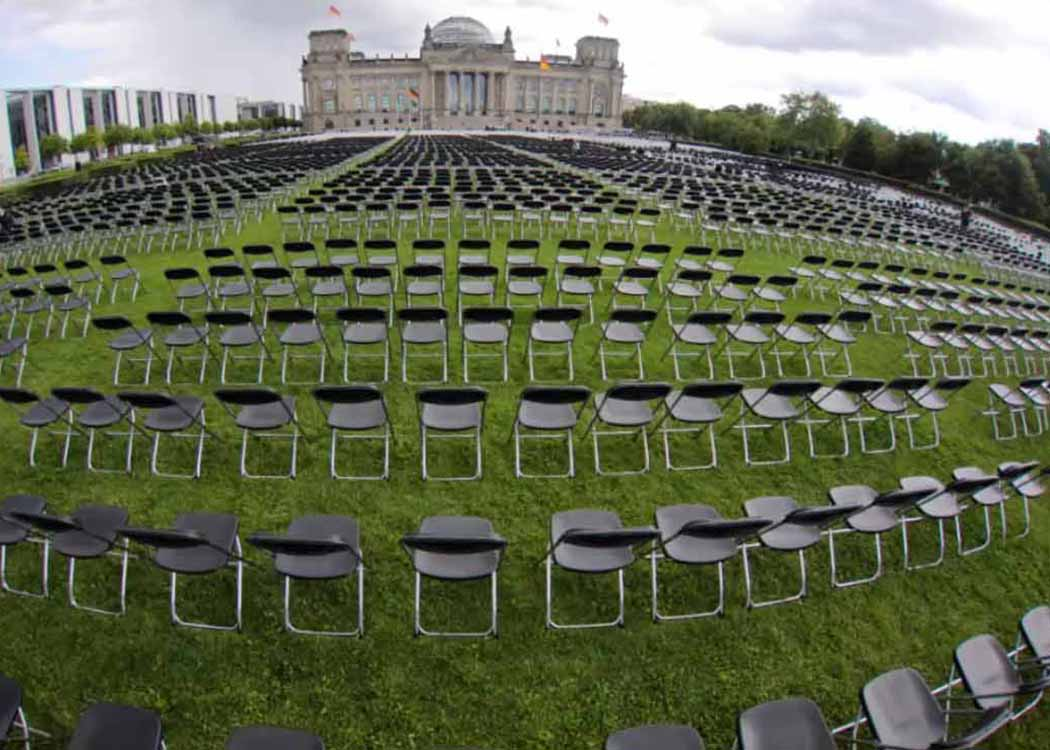 In the #leavenoonebehind campaign, 30,000 empty chairs were placed in front of the Berlin Reichstag to draw attention to the situation of refugees in Moria camp.