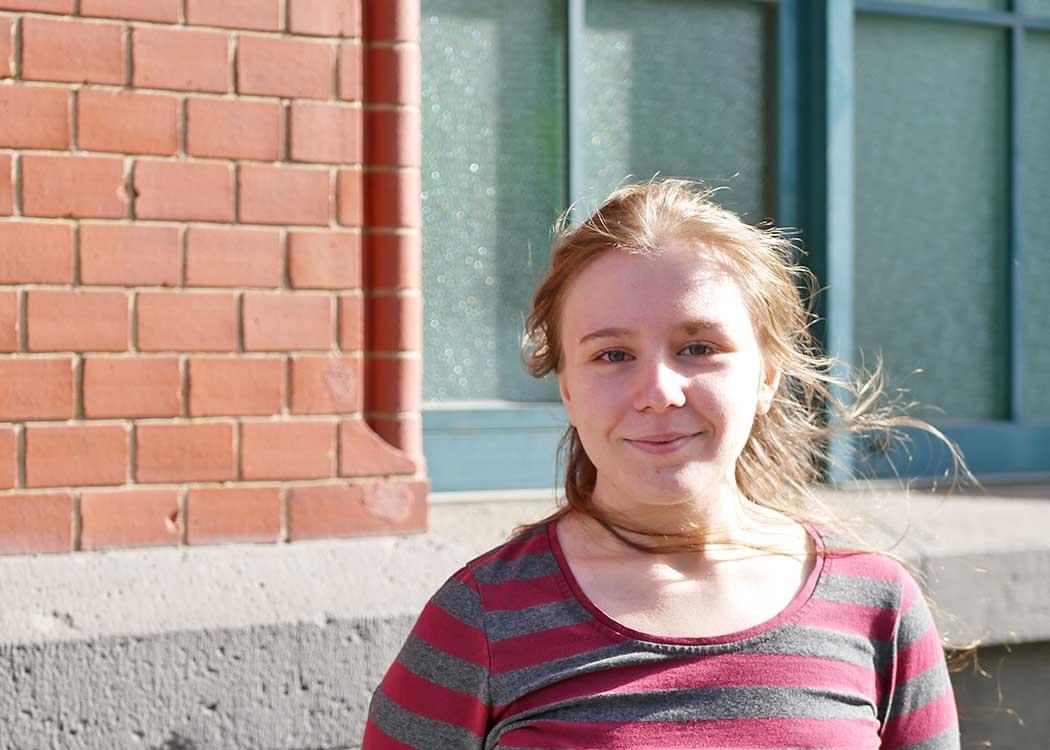 Fühlt sich wohl an der HMWK: Game Design-Studierende Chelsea Gröper auf dem Berliner Campus (Foto: Deborah Bischofberger)