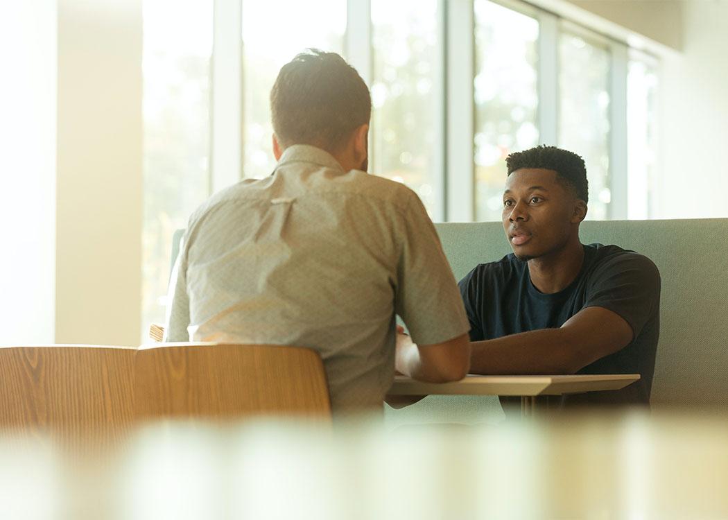 Für den Beruf des Feel-Good-Managers sind vor allem gutes Einfühlungsvermögen, Kommunikationsstärke sowie wirtschaftliches Knowhow von großer Wichtigkeit.