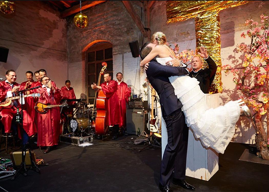 Johanna und Alec Völkel feiern ihre Traumhochzeit mit 160 Gästen.