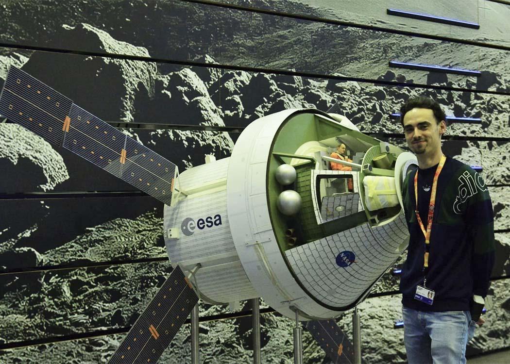 Lorenzo Cervantes vor einem Modell der Orion-Kapsel, die im Rahmen des Artemis-Programms voraussichtlich die nächsten Menschen auf den Mond fliegen wird.