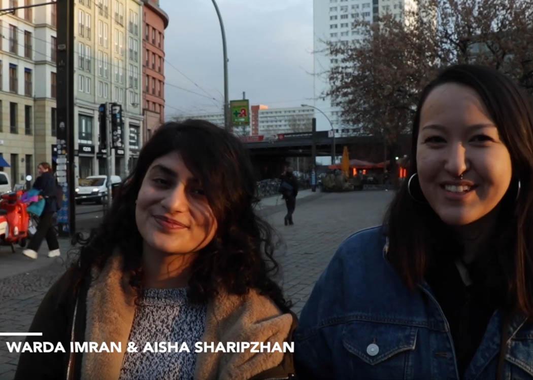 Warda Imran (links) mit ihrer Kommilitonin Aisha Sharipzhan beim Videodreh während des Workshops Talent Campus_Video